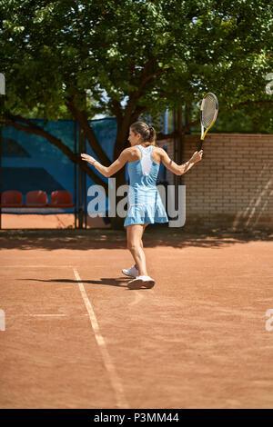 Sportliche Mädchen spielt Tennis - Stockfoto