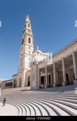 Heiligtum von Fatima in Portugal: Treppen und der Turm der Basilika - Stockfoto