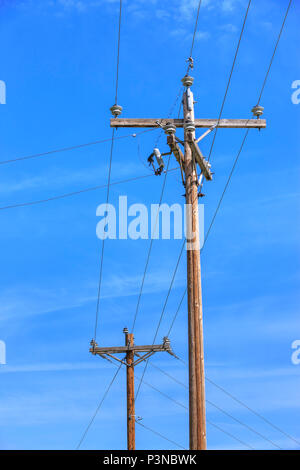 Telefonmast und Leitungen vor einem Himmel mit einen Kondensstreifen ...