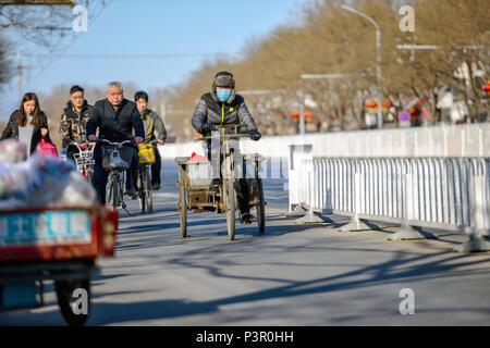Peking, China - MÄRZ 10, 2016: Es gibt viele verschiedene Motorräder und Fahrräder, die auf den Straßen von Peking. Mit Motorräder Transportieren von Personen - Stockfoto