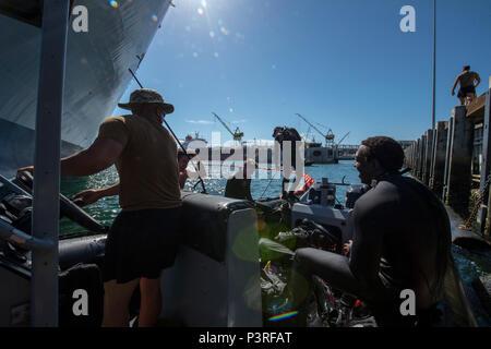 160720-N-DJ 750-135 SAN DIEGO (20 Juli 2016) - Die Naval Oberfläche und Mine Warfighting's Development Center Commander, Task Unit 177.2.1 die Beseitigung von Explosivstoffen Techniker eine Suche für simulierte Sprengstoffe für militärische Sealift Command große, mittlere Geschwindigkeit Roll on/Roll off-ship USNS Bob Hope (T-AKR-300) während der südlichen Kalifornien Teil des Pacific Rim 2016. 26 Nationen, mehr als 40 Schiffe und u-Boote, mehr als 200 Flugzeugen und 25.000 Mitarbeiter an Rimpac vom 30. Juni bis 4. August, in und um die hawaiischen Inseln und Südkalifornien. Die