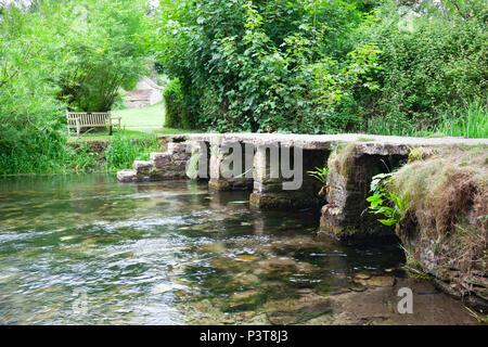 Stein Fußgängerbrücke über den Fluss Leach, Eastleach, die Cotswolds, Gloucestershire, England, Vereinigtes Königreich, Europa - Stockfoto