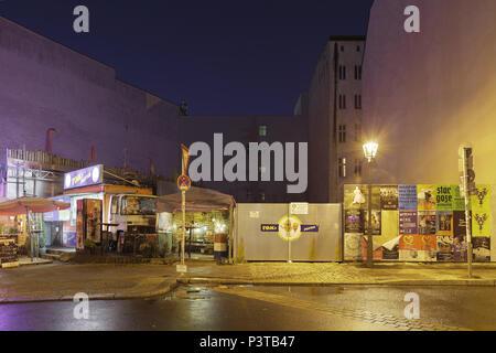 Berlin, Deutschland, zum Mitnehmen Tom's Pommes Frites auf unbebauten Ecke in der Oranienburger Straße Ecke Auguststraße in Berlin-Mitte - Stockfoto