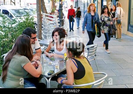 Street Café, Calle Argumosa, La Latina/Lavapiés, Madrid, Spanien - Stockfoto