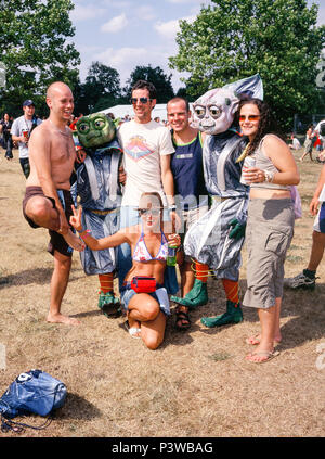 Fancy Dress aliens am V Festival 2003 V 2003, Chelmsford, Essex, England, Vereinigtes Königreich. - Stockfoto