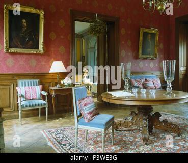 antiker tisch und st hle im land esszimmer mit tapeten und gelben teppich stockfoto bild. Black Bedroom Furniture Sets. Home Design Ideas
