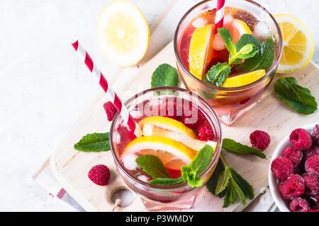 Himbeere Limonade. Sommer kaltes Getränk mit Beeren, Zitrone, Minze und Eis. Ansicht von oben kopieren. - Stockfoto