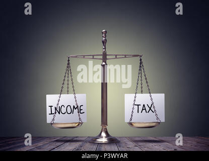 Einkommensteuer balance Finanzen Bücher Waagen Konzept - Stockfoto