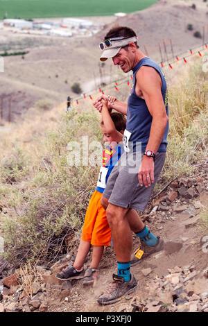 Vater & Sohn konkurrieren in einem Wettlauf und steigen 'Berg (Tenderfoot Berg) während der jährlichen Fibark Festival; Salida, Colorado, USA - Stockfoto