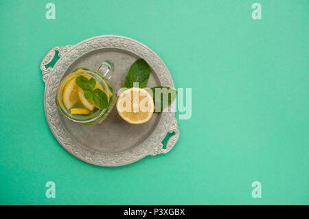 Blick von oben auf die Mason jar Glas Limonade oder Mojito mit Zitrone und Minze. Sommer frischen Cocktail. - Stockfoto