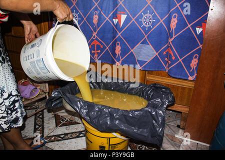 Caseira Produção de sabão a partir de óleo usado. - Stockfoto