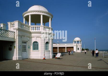 Die Strandpromenade an Bexhill-On-Sea, East Sussex UK, mit Kuppeln, in der Nähe des De La Warr Pavillion - Stockfoto