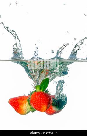 Frische Erdbeeren Spritzen in Wasser - Stockfoto