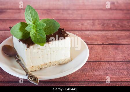 Stück der Köstlichen souffle Kuchen in der Schokolade auf einem dunklen Hintergrund mit einem Zweig Minze. - Stockfoto
