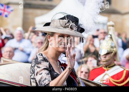 Schloss Windsor, Großbritannien. 18. Juni 2018 - Ihre Königliche Hoheit Sophie Gräfin von Wessex fährt die Reihenfolge der Strumpfband Zeremonie auf dem Gelände des Windsor Castle, Großbritannien. Sie begleitete seine Königliche Hoheit, Prinz William und die anderen Mitglieder der Königlichen Familie in einer Kutsche. Ihre Majestät die Königin brach mit der Tradition und mit dem Auto angekommen. Credit: Benjamin Wareing/Alamy leben Nachrichten