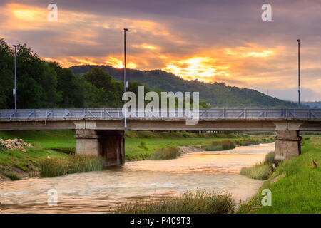 Nahaufnahme der zentralen Brücke in Pirot über den Fluss Nisava, Golemi am meisten genannt, während der dramatischen Sonnenuntergang - Stockfoto