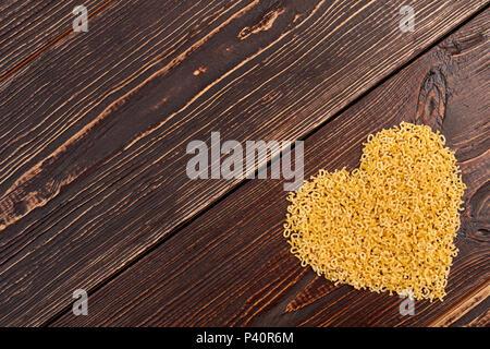Herzform aus italienischen Pasta. Herz Makkaroni und kopieren Sie Raum, Ansicht von oben. Gesunde Ernährung und Diät. - Stockfoto