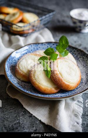 Frisch gebackene kleine runde Kuchen mit Vanillecreme Käse gefüllt - Stockfoto