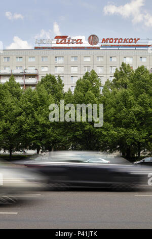 Berlin, Deutschland, Plattenbau und Werbung für Tatra Motokov in der Karl-Marx-Allee in Berlin-Mitte - Stockfoto