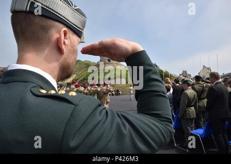 PORT EN BESSIN, Frankreich (06. Juni 2016) Internationale Führungskräfte aus über 10 Ländern bezahlt für die Erinnerung an die Invasion in der Normandie während der 47Th Royal Marine Commando Monument Zeremonie zu Ehren der Opfer des Zweiten Weltkriegs Veteranen. Hier abgebildet, obwohl der Stil der Salute kann leicht abweichen, die für die über 10 Nationen, die in der Normandie am gleichen Tag kämpfte vor 72 Jahren ist das Gleiche. (Foto von der U.S. Army Sgt. 1. Klasse Crista Mary Mack/Freigegeben) - Stockfoto