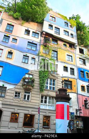 Friedensreich Hundertwasser, Maler und Architekt, vor der Wohnung ...