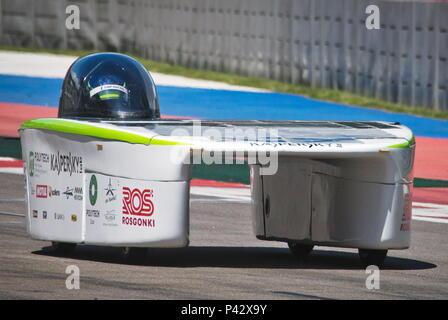 Sochi, Russland. 20 Juni, 2018. Sol, der erste russische Rennwagen mit Solarzellen im oben montiert, in Sochi Autodrom Rennstrecke getestet wird. Sergei Malgavko/TASS Credit: ITAR-TASS News Agentur/Alamy leben Nachrichten - Stockfoto