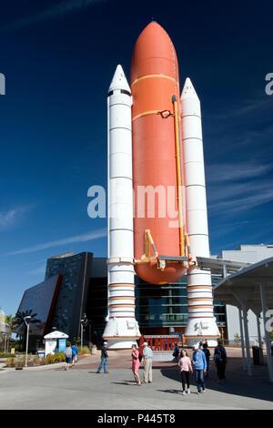Eine Nachbildung der Raumfähre Kraftstofftanks und solide Raketenmotoren angezeigt, auf der Besucher-Komplex an der NASA Kennedy Space Center, Florida. - Stockfoto