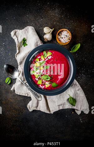 Veganes Essen, Sommer kalte Rote-Bete-Suppe Gazpacho mit Zitrone, Avocado und frischen Kräutern Kopie Raum, Ansicht von oben - Stockfoto