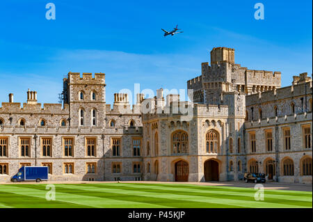 Flugzeug über eine Gruppe von Gebäuden im Schloss Windsor, eine königliche Residenz im Windsor in der Grafschaft Berkshire, England, UK Flying - Stockfoto