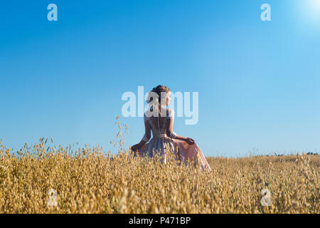 Schöne Mädchen in beige Kleid in Feld Roggen - Stockfoto