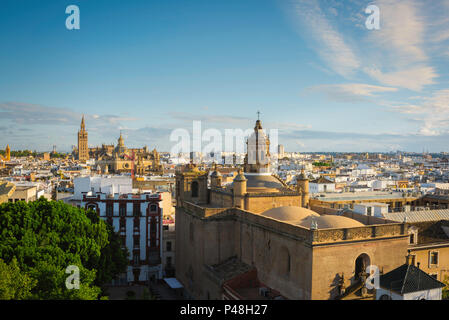 Sevilla Spanien Stadtbild, Blick über die Altstadt von Sevilla bei Sonnenuntergang auf die Kathedrale und die Giralda Turm, Andalusien, Spanien. - Stockfoto