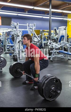 Athlet deadlifiting Gewichte in einer Turnhalle - Stockfoto