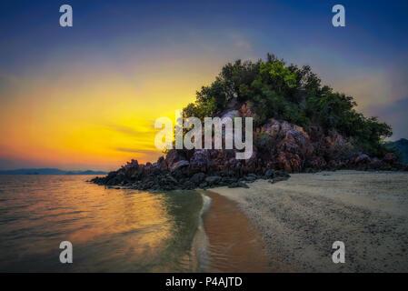 Sonnenuntergang über Laopilae Archipel rund um Ko Hong Island in der Nähe von Krabi, Thailand - Stockfoto
