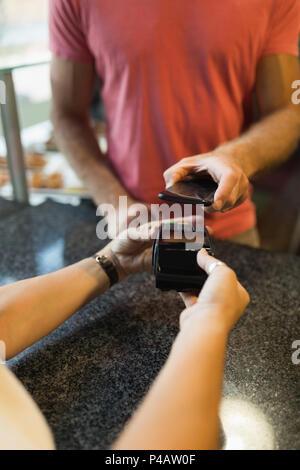 Kunden, Zahlungen über Mobiltelefone - Stockfoto