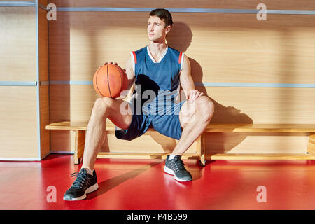 Basketball player ruht auf der Werkbank - Stockfoto