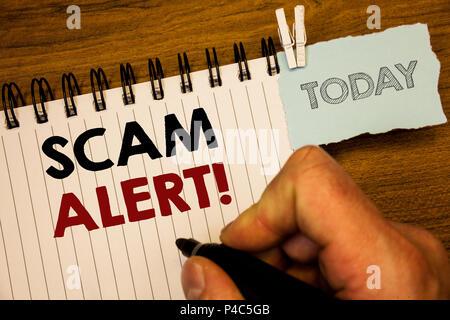 Text Zeichen angezeigt Scam Alert Motivationale nennen. Konzeptionelle foto Sicherheit Warnung Betrug oder Virus attacksMan erstellen Für heute auf Notebook Hand zu vermeiden. - Stockfoto