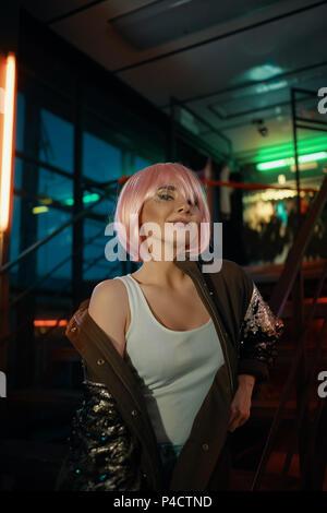 Glamour Girl posiert, während im modernen Café ausruhen - Stockfoto