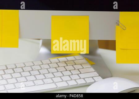 Leere gelbe Haftnotiz auf Computer, Arbeit Geschäft Schreibtisch. - Stockfoto