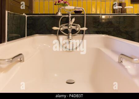 Badewanne auf Badezimmer Innenarchitektur, in Luxus Hotel. - Stockfoto