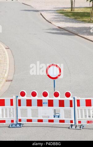 Straßensperre, verkehrsschild Barriere, auf Fahrzeugen aller Art verbot, kurvenreiche Straße, Bremerhaven, Deutschland Ich Straßensperre, Verkehrsschild Absperrschranke, V - Stockfoto