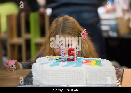 Belarus, die Stadt Gomel, am 28. Februar 2018. Entertainment Center in Gomel hypermarket. Fünf Jahre alten Mädchen Geburtstag. Geburtstag des Kindes - Stockfoto