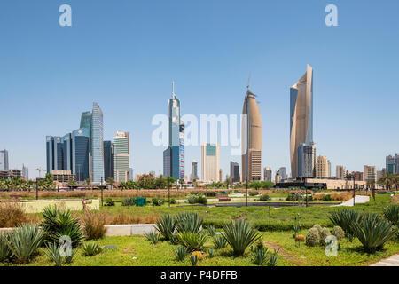 Skyline von CBD Central Business District von Al Shaheed Park in Kuwait City, Kuwait - Stockfoto