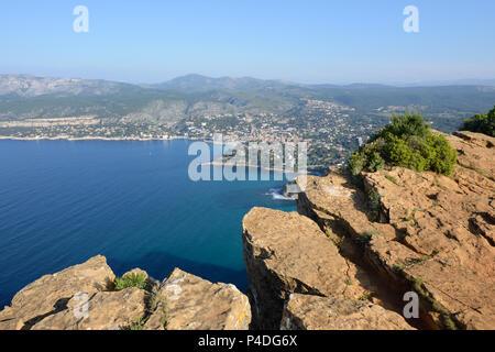 Klippen und Steilküste des Cap Canaille mit Blick über Cassis & Mediterrane Küste von der Route des Crêtes Provence Frankreich - Stockfoto