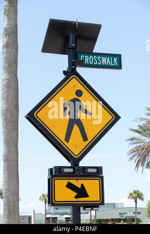 St Petersburgh, Florida, USA. 2018. Crosswalk Warnschild am Straßenrand in St. Petersburg, FL, USA - Stockfoto