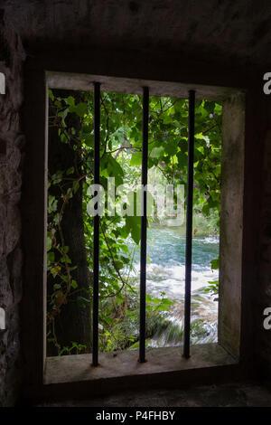 Blick aus einem vergitterten Fenster in der Mühle in den Nationalpark Krka, Kroatien - Stockfoto