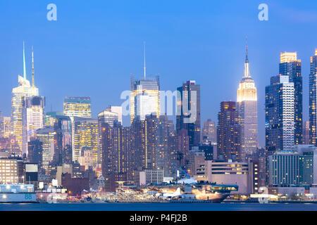 Skyline von Manhattan bei Nacht, New York City, NY, USA - Stockfoto