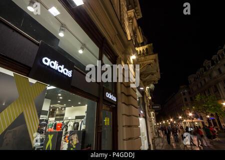 Belgrad, SERBIEN - 16. JUNI 2018: das Logo von Adidas auf Ihre wichtigsten Store für Belgrad. Adidas ist ein Deutscher sportswear Marke, die größte in Europa Bild - Stockfoto