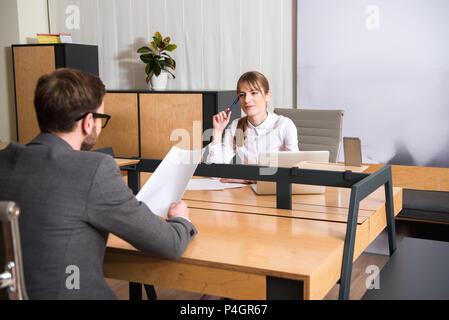 Zwei Kollegen in Sitzung am Arbeitsplatz - Stockfoto