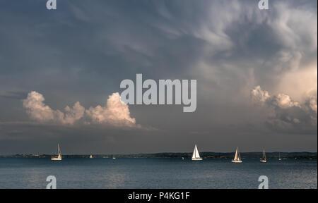 Segelboote auf dem Plattensee in Ungarn - Stockfoto