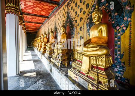 Buddha Statuen an einem Tempel in Thailand - Stockfoto